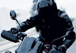 В Нарве мотоциклист без прав врезался в дерево