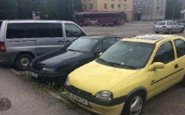 Владельцы отеля призвали нарвские власти убрать брошенные в центре города автомобили