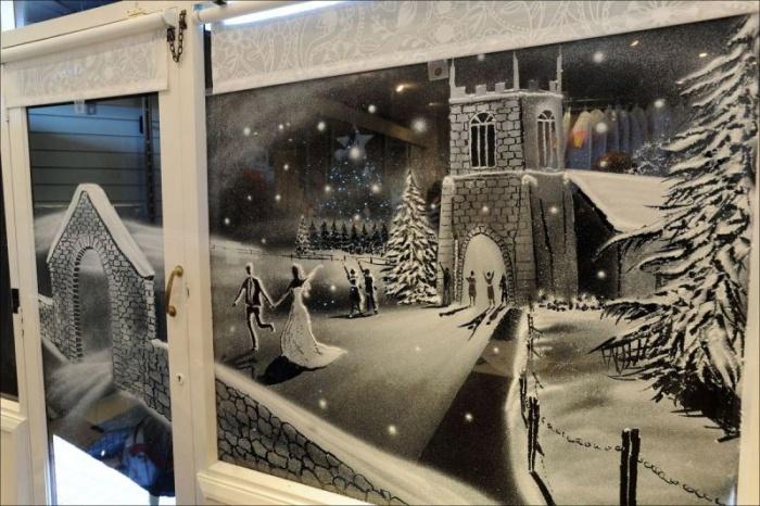 Рисунки искусственным снегом на стекле