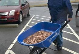 Бизнесмен в Америке заплатил штраф пятью тачками мелочи