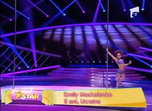 Восьмилетняя девочка показывает чудеса гимнастики на шесте