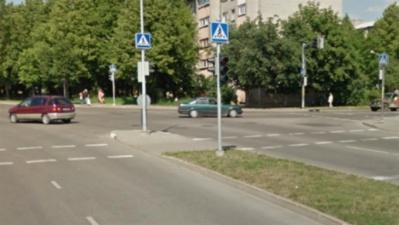 В Нарве переходившую дорогу на красный свет девушку сбила машина