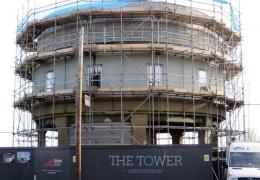Мужчина построил шикарный дом из заброшенной водонапорной башни