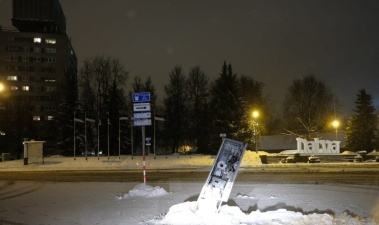 Снегоуборочная машина сломала парковочный автомат на Петровской площади