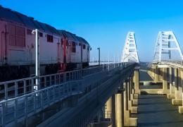 По Крымскому мосту проехали пробные двухэтажные поезда