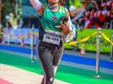 Участница марафона подобрала щенка на обочине и пробежала с ним ещё 30 километров до самого финиша