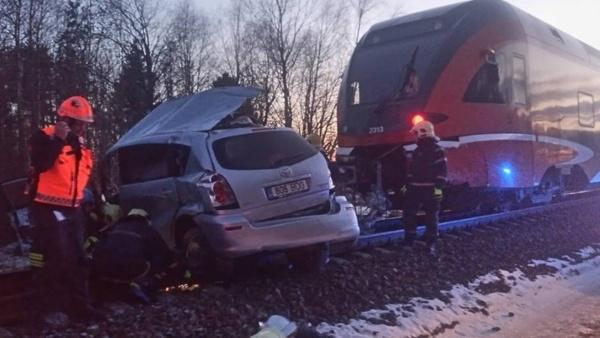 На железнодорожном переезде Сомпа столкнулись поезд и автомобиль: двое погибших