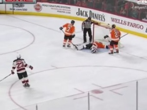 YouTube ВИДЕО: вратарь рухнул без сознания прямо во время матча НХЛ
