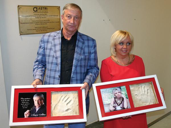 Илона Калдре и Семен Альтов заложили в Нарве стену исполнения желаний