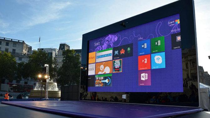 Microsoft установила 8—метровый планшет на Трафальгарской площади
