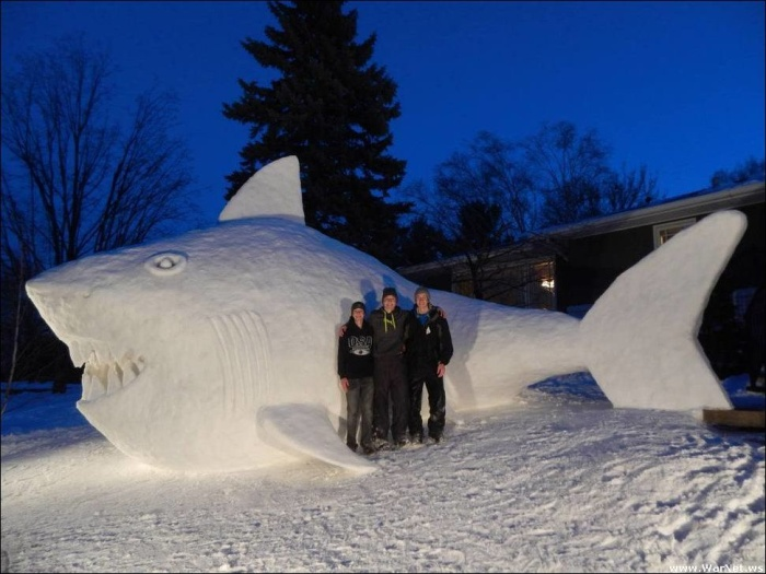 Три брата каждую зиму лепят перед домом большую снежную скульптуру