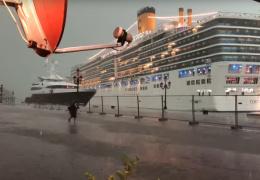 Из-за непогоды круизный лайнер едва не раздавил яхту для состоятельных туристов. Видео