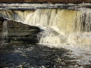 Любители природы приехали в Нарву полюбоваться водопадом