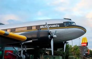 Австралийцы открыли Макдональдс в самолете