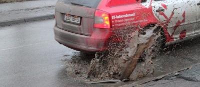 Что делать, если яма на дороге повредила машину?