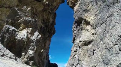 Полет в костюме-крыле через двухметровую пещеру