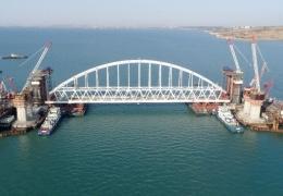 В Керченском проливе идет операция по установке железнодорожной арки Крымского моста
