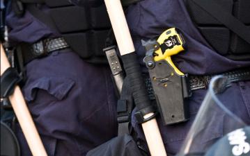 Полицейские в Нарве использовали против напавшего на них с топором мужчины электрошокер