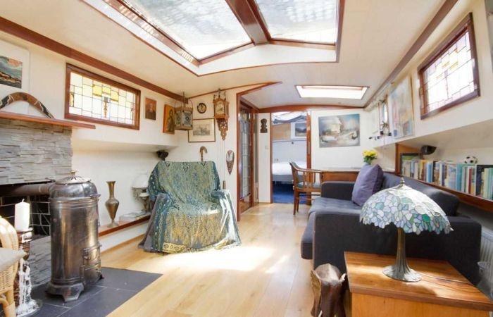 Старую баржу превратили в плавучий дом