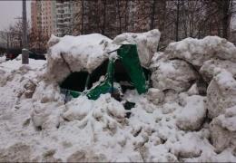 В Москве коммунальщики раздавили автомобиль «ока», приняв его за сугроб