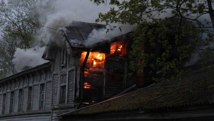 ФОТО: в Нарве сгорело историческое здание в районе Кренгольма