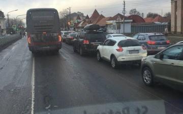 В Ивангороде снова скопилась многотысячная автомобильная пробка перед эстонской границей