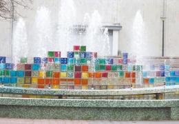 Вместо фонтана - возможно, цветочный вазон