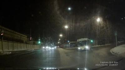 Водитель рейсового автобуса устроил жесткий дрифтинг-маневр с пассажирами на борту