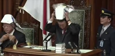 Депутатам в Японии выдали шлемы — теперь они похожи на самураев