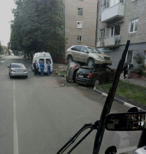 В Туле lexus приземлился на две припаркованные иномарки