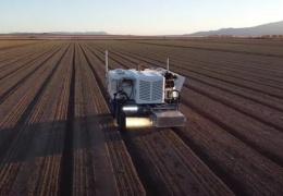 Роботизированный трактор может стрелять лазерами и уничтожать 100 000 сорняков в час