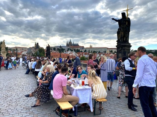 В Праге устроили пир в честь прощания с коронавирусом