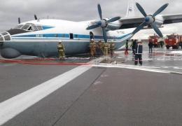 Военный самолет Ан-12 сел на брюхо в аэропорту Екатеринбурга