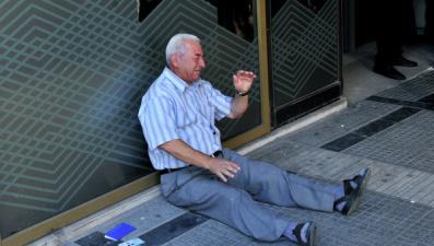 История плачущего греческого пенсионера тронула интернет-пользователей