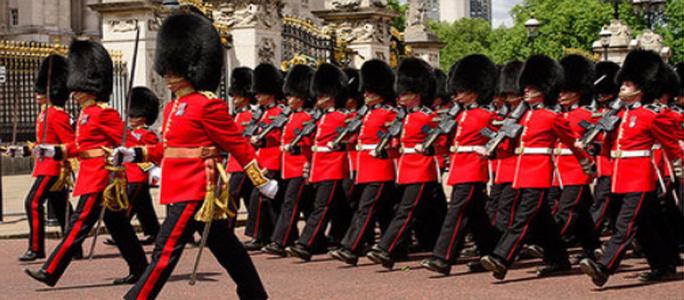 Охранник Букингемского дворца едва не выстрелил в Елизавету II