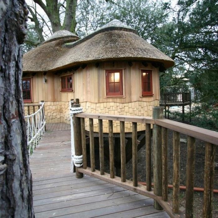 Британская семья живет в двух домиках на деревьях