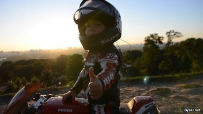 Четырехлетний пацан гоняет на мотоцикле как профессионал