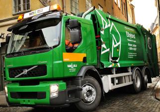 Ragn-Sells и министерство спорят, можно ли ездить на подножке мусороуборочной машины