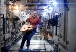 Видеоклип на песню Дэвида Боуи, снятый на борту МКС, стал хитом Youtube