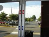 Почему в американских магазинах у дверей повсюду есть линейки для измерения роста