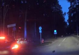 В Нарва-Йыэсуу водитель мопеда проигнорировал требование полиции об остановке и попал в ДТП