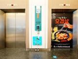 Торговый центр в Таиланде установил педали в лифтах