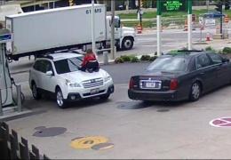 Девушка отбила свой автомобиль от угонщиков