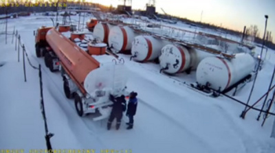 YouTube шокировало ВИДЕО, как в ХМАО рабочие отогреть горелкой цистерну с топливом