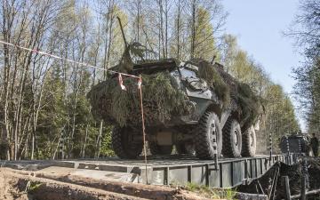 Автомобиль эстонских военных зацепился антенной за линии электропередач и загорелся