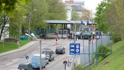 В Нарве мужчина пытался пронести через границу под одеждой 118 пачек сигарет