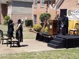Мужчина построил сцену перед домом, чтобы провести выпускной для своей дочери