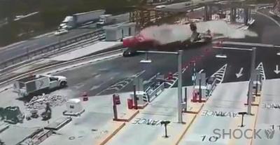 Фура с отказавшими тормозами на огромной скорости перевернулась на трассе в Мексике