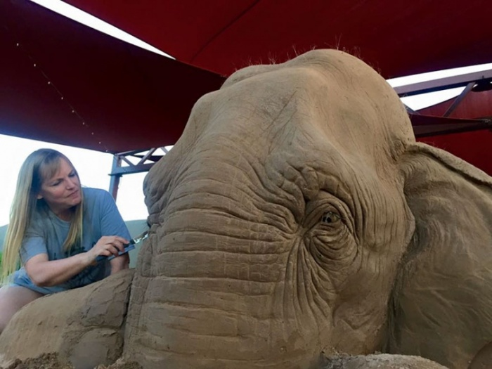 Песочная скульптура 2,7-метрового слона, играющего в шахматы с мышью