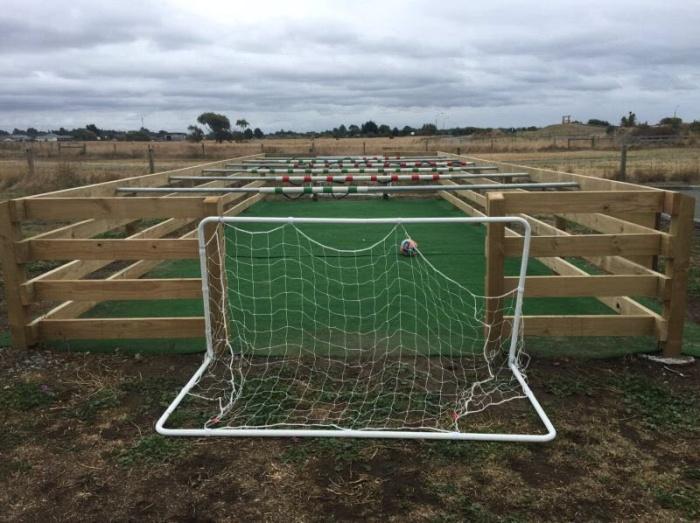 Настольный футбол в натуральную величину с живыми игроками